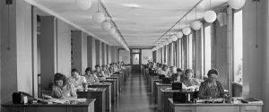 Elannon pääkonttorin suuri konttorisali vuonna 1948, Helsingin kaupunginmuseo