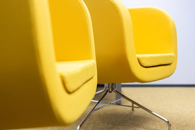 kaksi keltaista tuolia