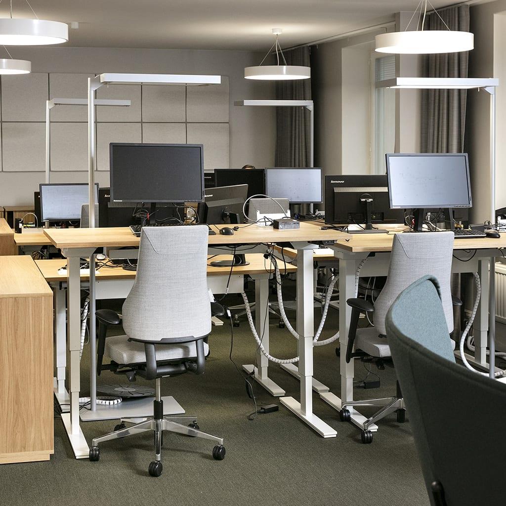 tietokoneita pöydillä