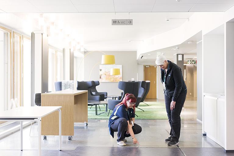 Miia Pulkkinen ja Pamela Fingerroos tutkivat lattiaa