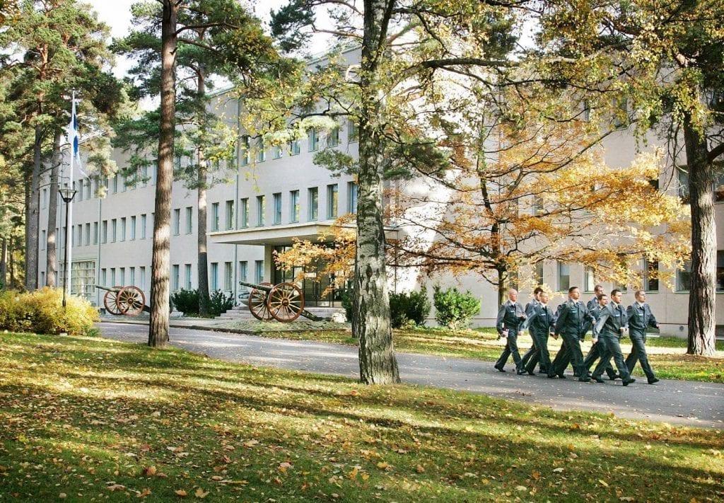 Alokkaat marssivat kasarmin edessä.