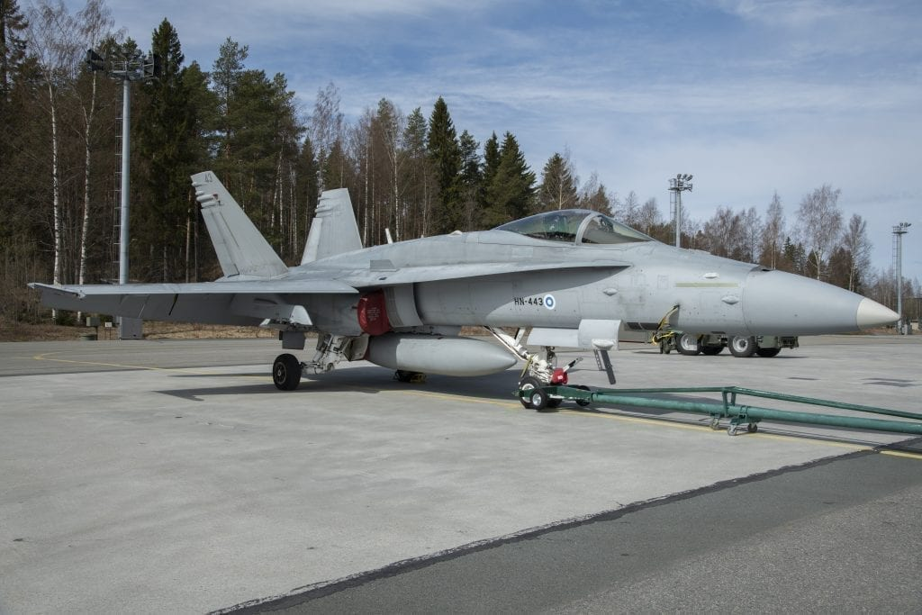 Puolustusvoimien lentokentällä lentokone
