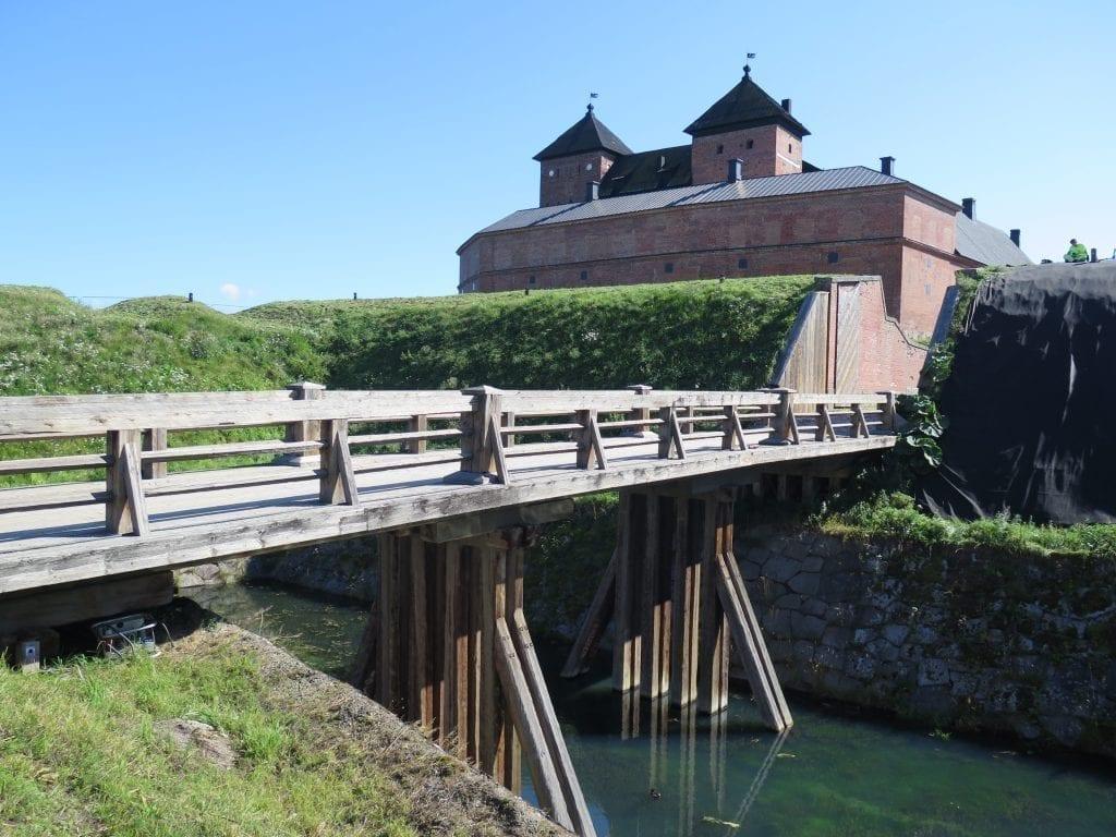 Puinen silta johtaa joen yli.