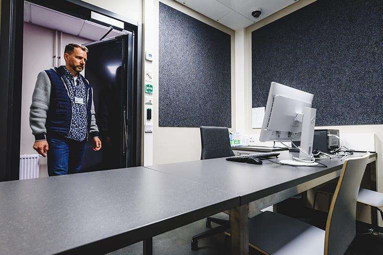 Sisäkuva Äänekosken poliisiaseman kuulusteluhuoneesta.