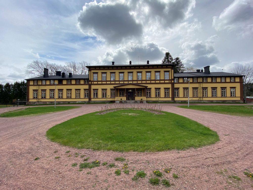 Sippolan koulukodin päärakennuksen julkisivu.