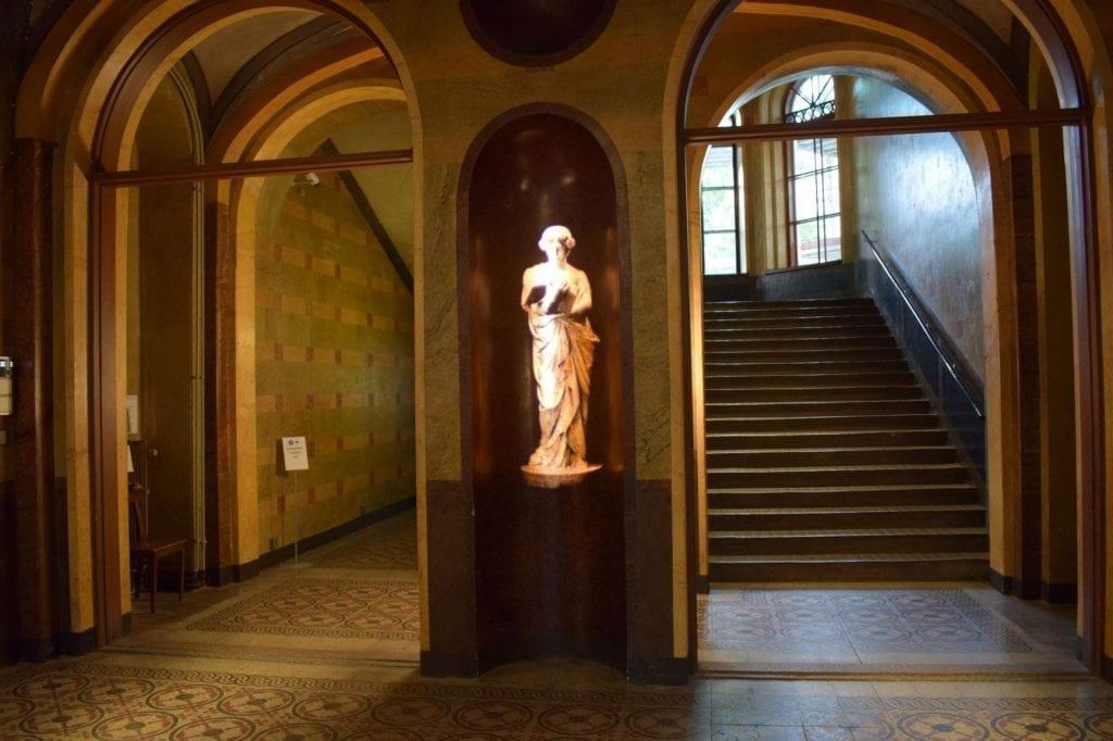 Heijastettu veistos Arppeanumin aulassa.