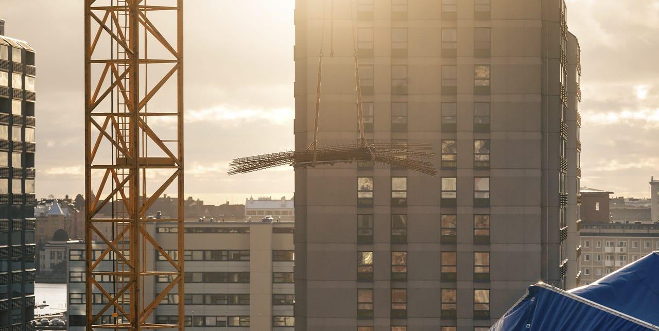 Teräsrakenteita nostetaan ilmaan nostokurjella.