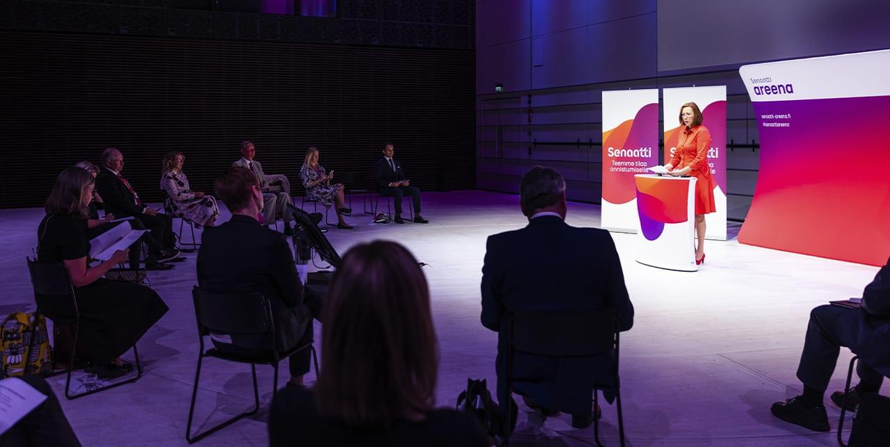 Sirpa Paatero puhumassa Senaatti-areenassa vuonna 2020.