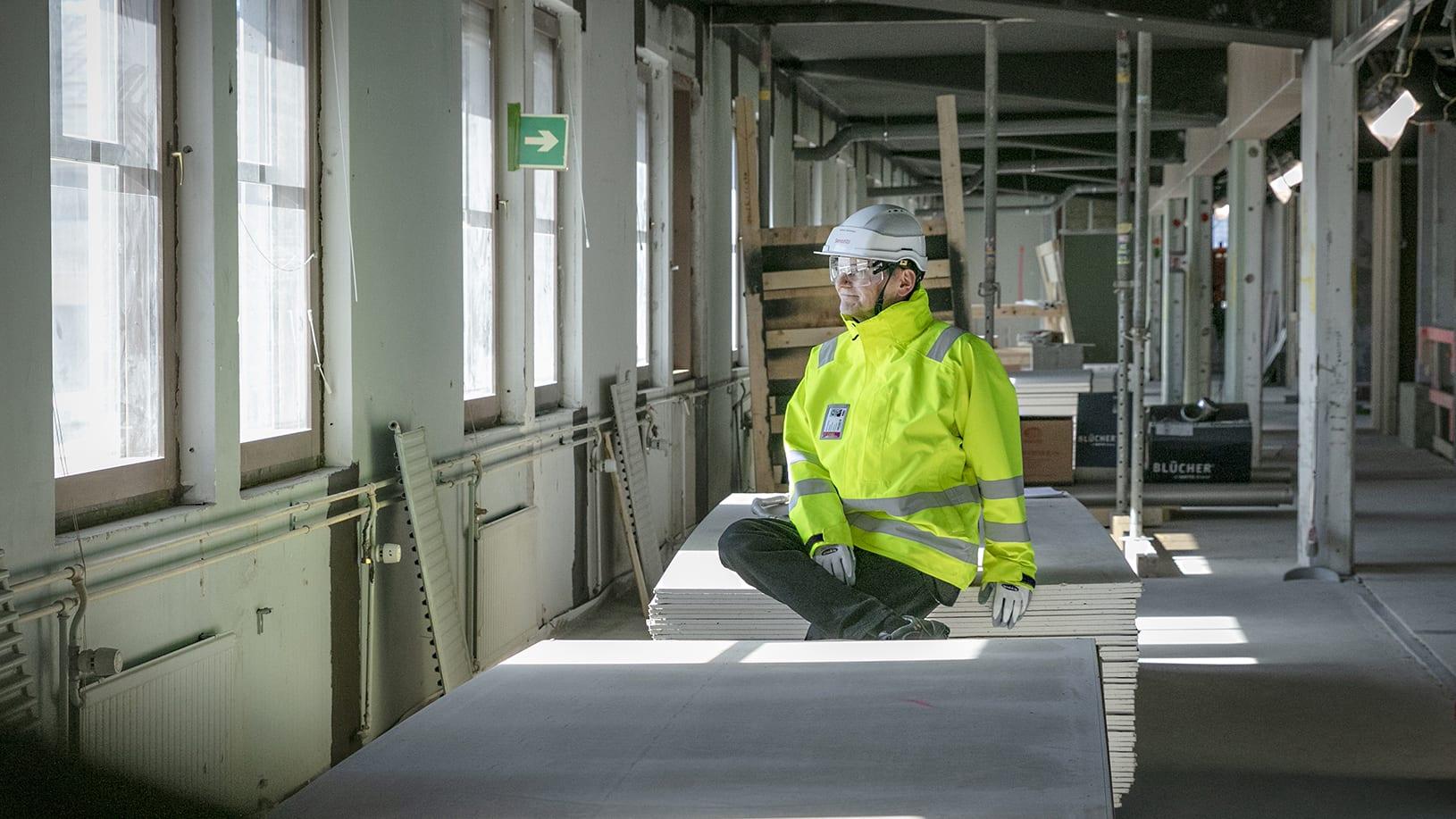 kuvassa rakennuttajapäällikkö Merikasarmin rakennustyömaalla.