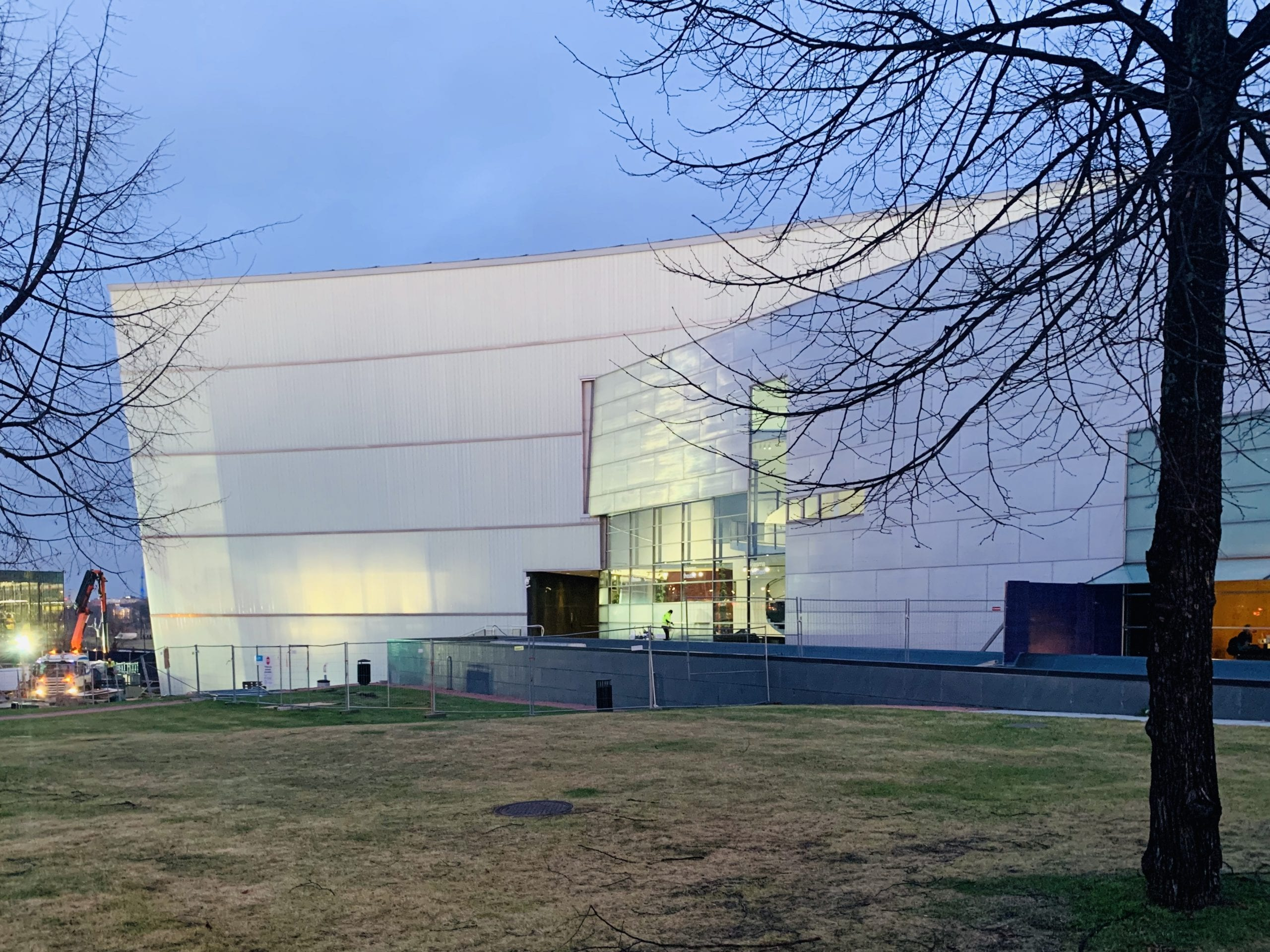Kiasmra-rakennuksen julkisivu, jossa näkyy uusi lasilankkuseinä.